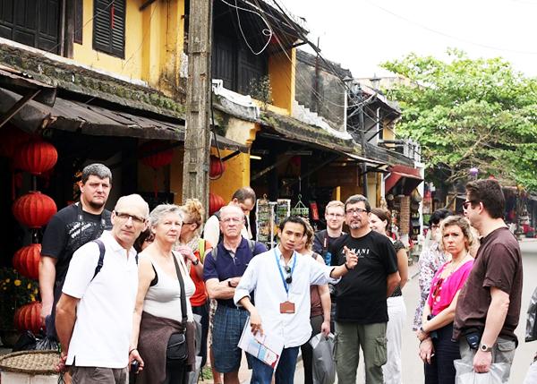 Hướng dẫn viên du lịch là gì? Tìm hiểu ngành hướng dẫn viên du lịch
